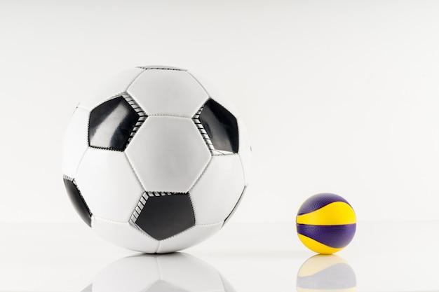 Pallone da calcio classico con antistress palla, tipico modello bianco e nero, isolato su sfondo bianco. simbolo tradizionale del pallone da calcio, foto reale dello studio.