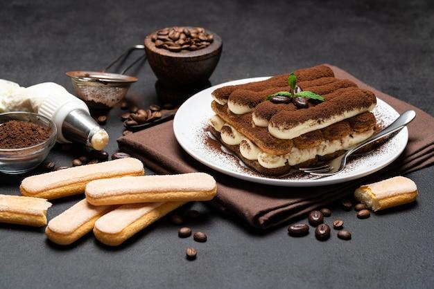 Classico dessert tiramisù su un piatto di ceramica