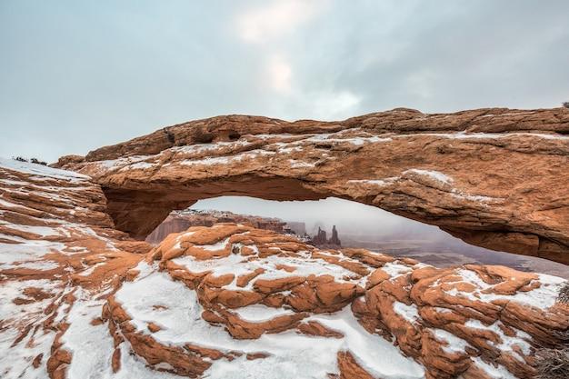Visualizzazione classica del famoso mesa arch, il parco nazionale di canyonlands, utah, usa