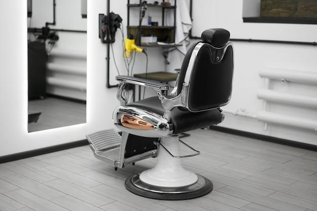 Poltrona da barbiere vintage classica con interno bianco