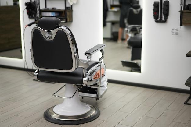 Sedia da barbiere classica vintage interno bianco