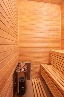 Classica sauna in legno all'interno senza persone