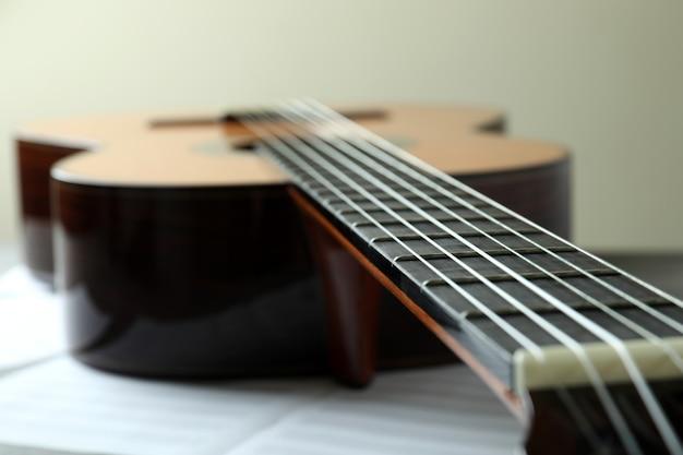 Chitarra classica e spartiti, primo piano e messa a fuoco selettiva