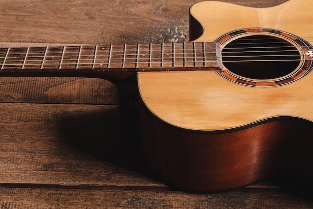 Chitarra classica su fondo in legno