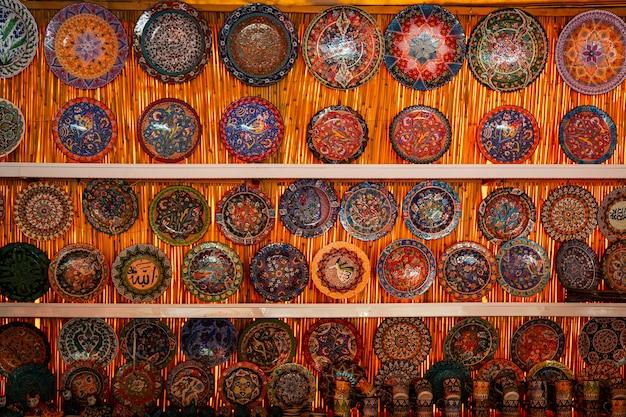 Ceramiche turche classiche sul grand bazaar di istanbul.
