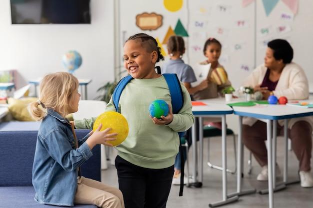 Compagni di classe che si occupano di pianeti
