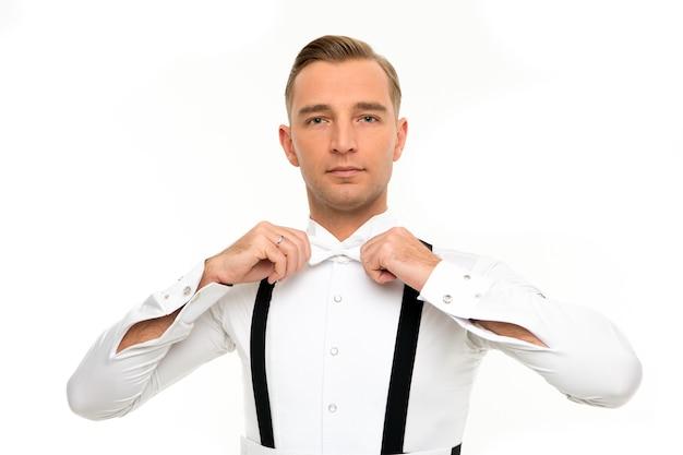 Elegante e formale. uomo bello aggiustare il papillon. accessori moda per abiti da cerimonia. stile formale da sposo. vestirsi per il matrimonio. ballerino da sala. uomo d'affari sofisticato. evento formale. codice di abbigliamento.