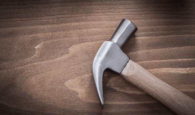 Martello da carpentiere sul concetto di costruzione del bordo di legno dell'annata.