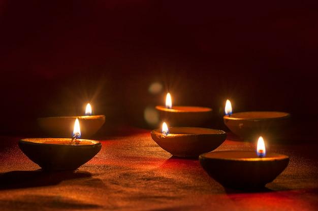 Lampade di diya di argilla accese durante la celebrazione di diwali. biglietto d'auguri design indian hindu light festival chiamato diwali