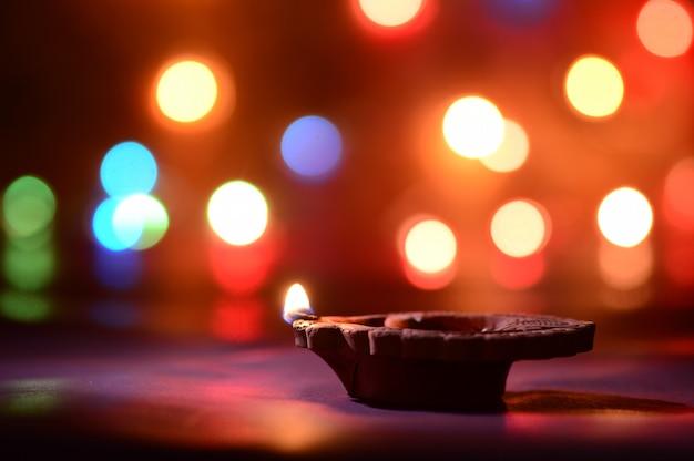 Lampade diya clay illuminate durante la celebrazione di diwali. biglietto d'auguri design indian hindu light festival chiamato diwali