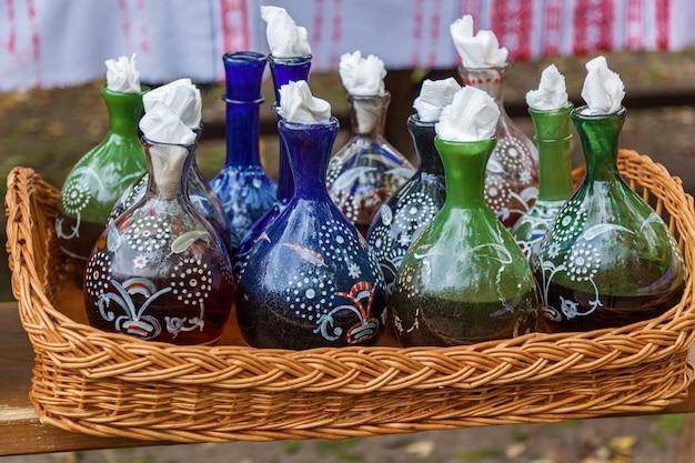 Piatti ucraini di argilla e vetro, vecchie pentole e bottiglie