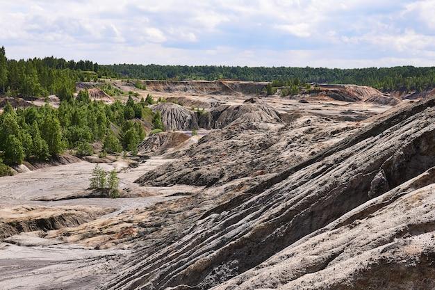 Colline argillose e anfratti sul sito di un'antica cava di caolino