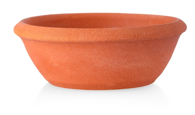 Piatto di argilla isolato su un bianco. piatti in ceramica