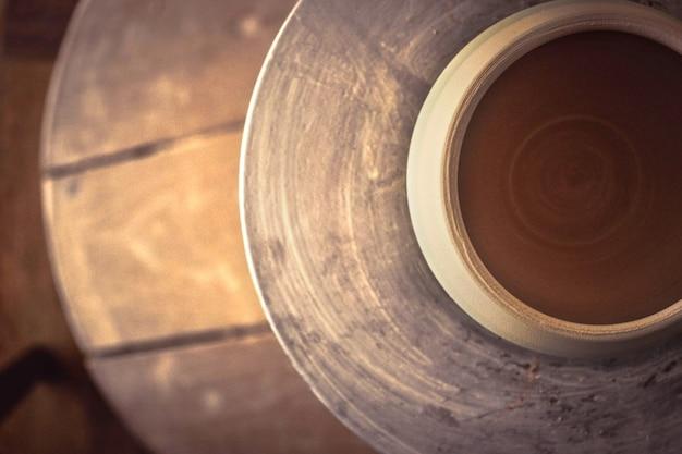 Pentola di argilla sopra un tornio da vasaio. vista dall'alto astratta di un vaso di ceramica