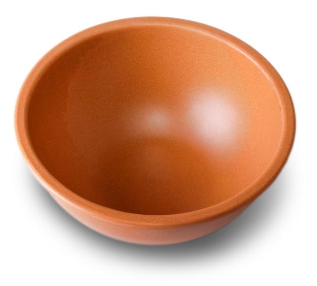 Piattino in argilla per prodotti tagliati sulla superficie bianca