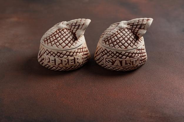 Vasi di spezie di argilla etichettati sale e pepe