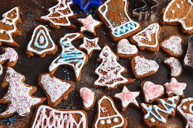 Clazed decorare biscotti di pan di zenzero fatti in casa di natale. vista dall'alto dei biscotti sul tavolo