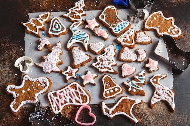 Clazed decorare biscotti fatti in casa di pan di zenzero per natale. vista dall'alto dei biscotti sul tavolo