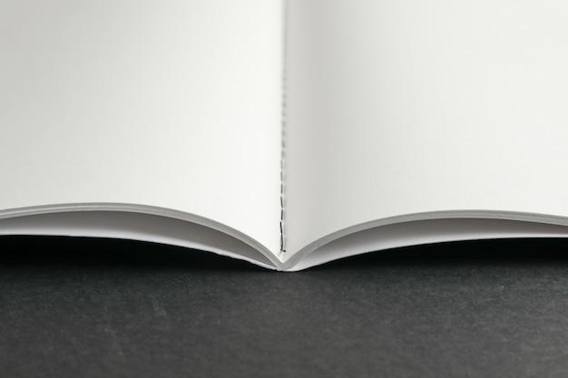 Quaderno pulito su spazio nero, spazio per il testo