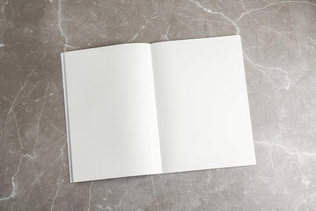 Quaderno pulito sul tavolo grigio, spazio per il testo