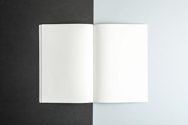 Quaderno pulito su due toni di spazio, spazio per il testo