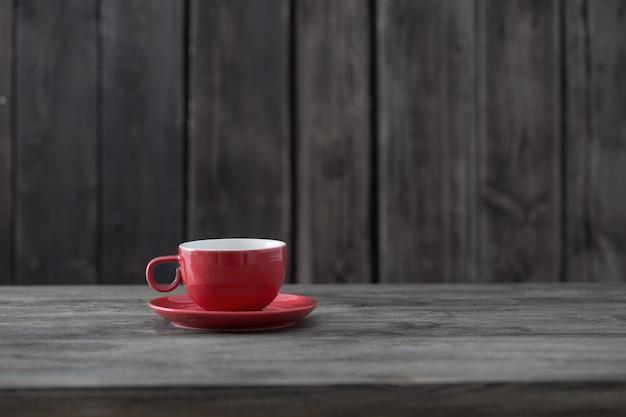 Pulisca la tazza su vecchio fondo di legno