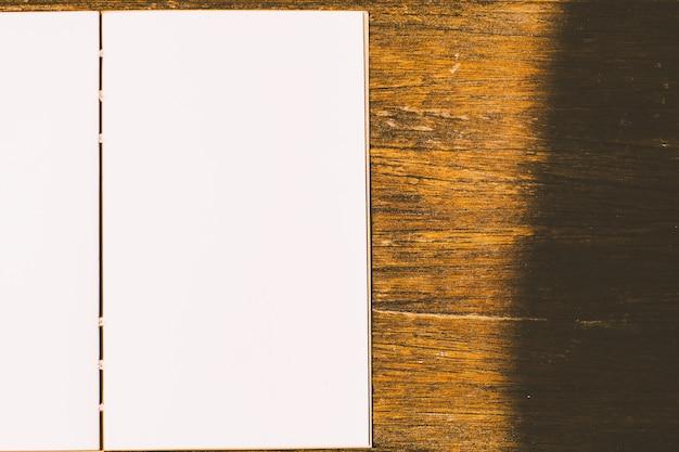 Pulisci la carta per appunti vuota su uno sfondo di legno
