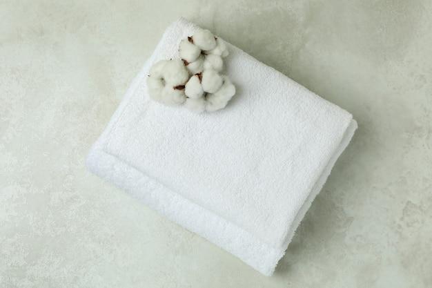 Asciugamani piegati puliti con cotone sul tavolo testurizzato