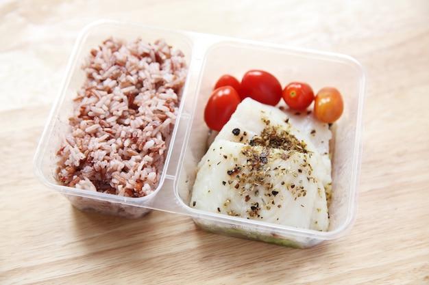 Filetto di merluzzo pulito con riso