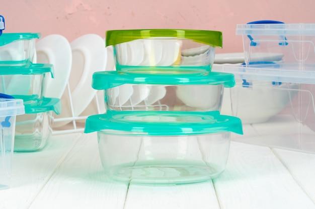 Cucina pulita con vari piatti e scatole di cibo