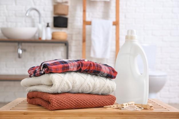 Biancheria pulita e detersivo sul tavolo in bagno