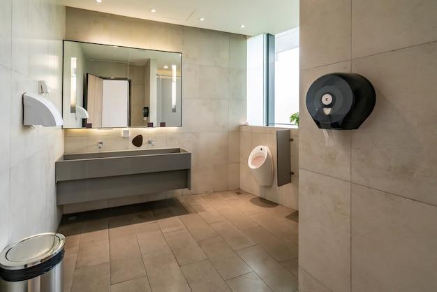 Servizi igienici moderni e puliti in un centro commerciale, una galleria, un centro commerciale. lavelli