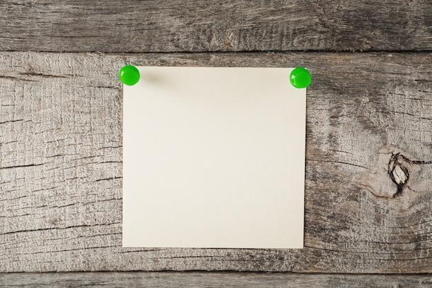 Un adesivo per appunti pulito su una superficie di legno