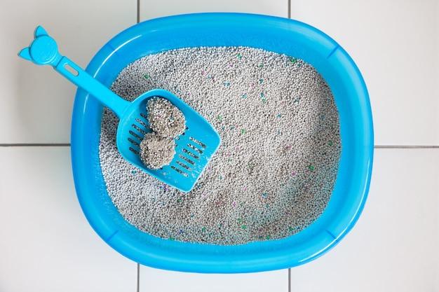 Pulire il gatto della scatola di sabbia con la paletta