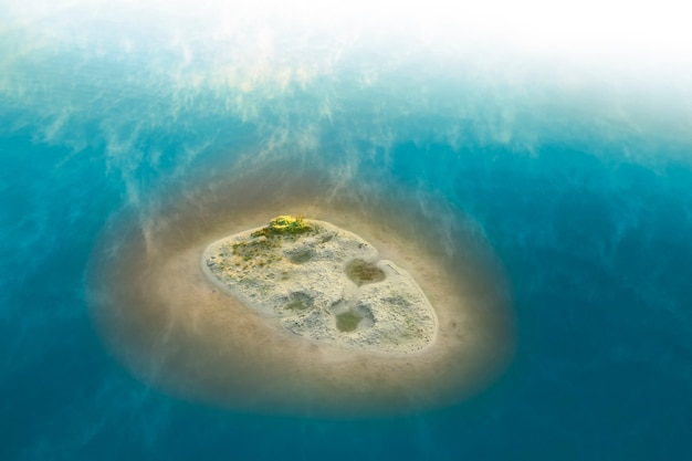 Spiaggia di sabbia pulita e vista dal drone con acqua turchese