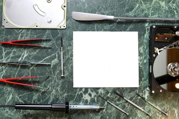 Foglio di carta pulito sul desktop di lavoro con strumenti