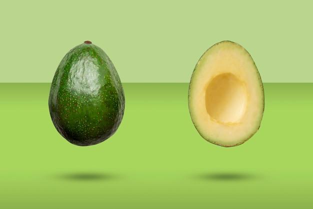 Un ingrediente di avocado crudo affettato pulito isolato, concetto di minimalismo
