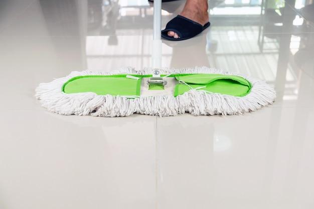 Pulisci il pavimento piastrellato con una scopa.