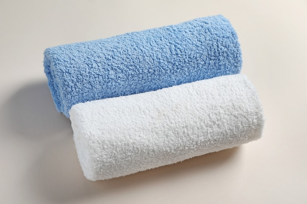 Asciugamani puliti su sfondo chiaro