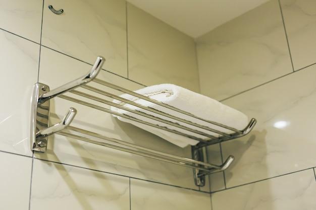 Asciugamano bianco pulito in bagno