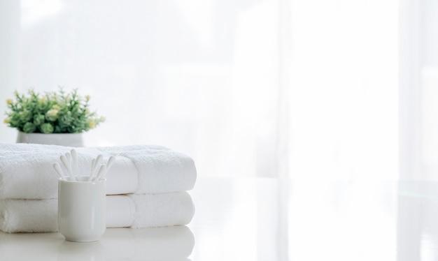 Pulisca l'asciugamano bianco sulla tavola bianca, copi lo spazio.