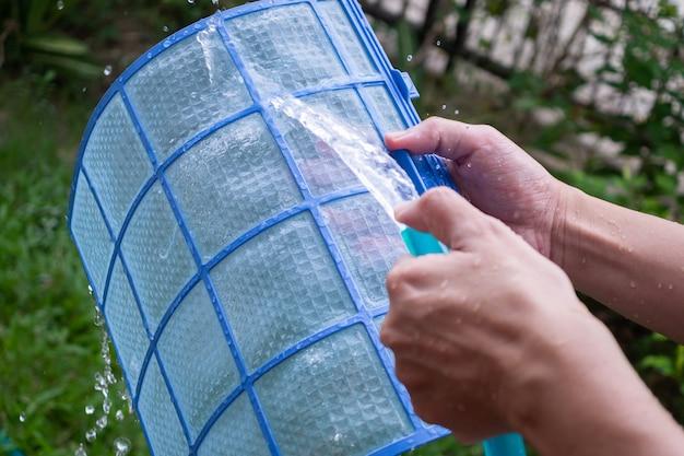 Pulizia del filtro sporco del condizionatore d'aria