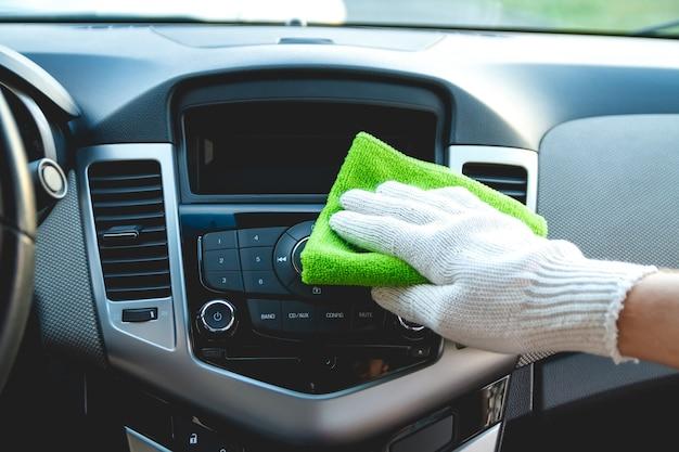 Pulizia del cruscotto dell'auto