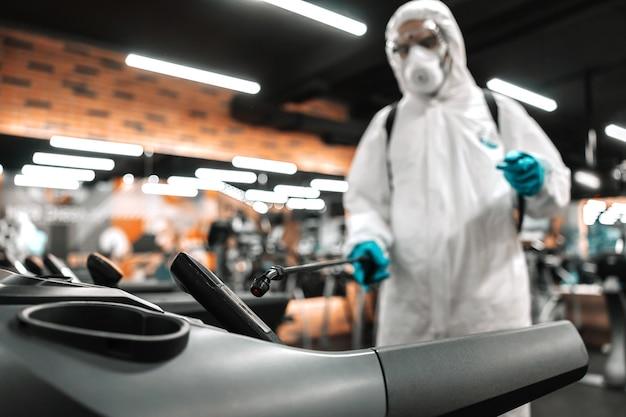 Pulizia e disinfezione delle attrezzature da palestra per evitare l'epidemia di coronavirus