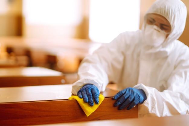 Classe scolastica di pulizia e disinfezione per prevenire covid-19.