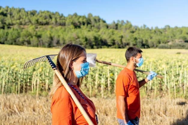 Dipendenti di pulizia con maschere in posa