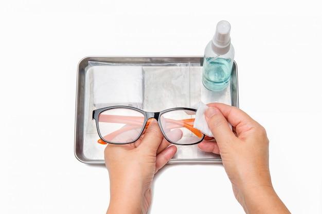 Pulizia degli occhiali con alcool