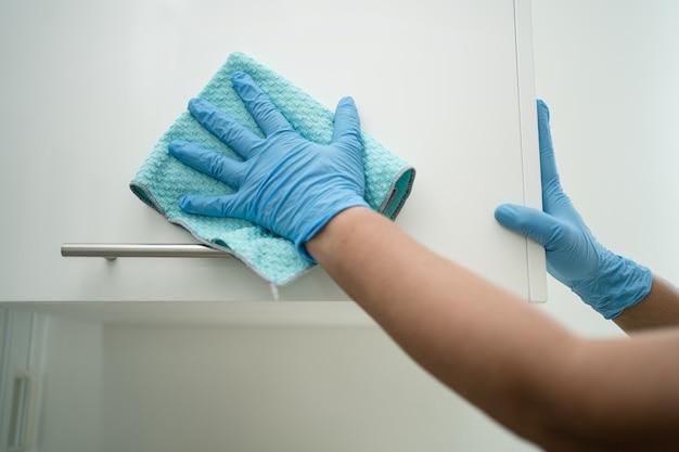Pulizia dei mobili con panno e fazzoletti in ufficio e a casa per proteggere il covid 19 coronavirus