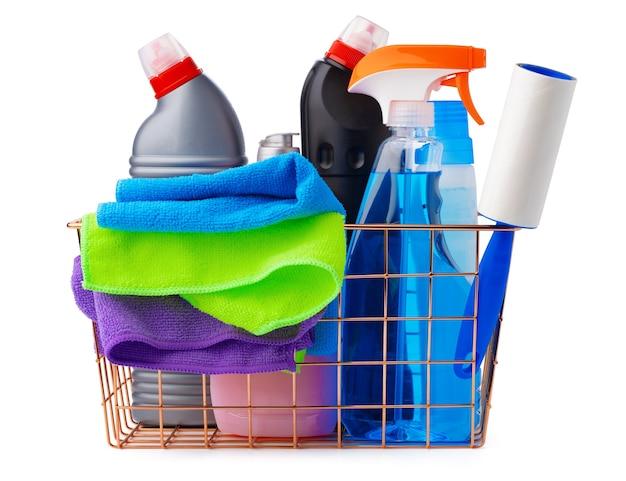 Articoli per la pulizia in cestino isolato su sfondo bianco