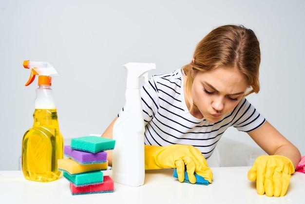 Una donna delle pulizie si siede a un tavolo che fornisce servizi di pulizia